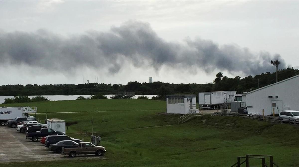 Columna de humo en los aledaños de Cabo Cañaveral, donde se ha registrado la explosión de SpaceX.