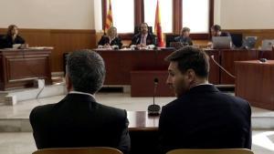 Leo Messi, a la derecha, y su padre Jorge, en el juicio de la Audiencia acusados por el impago de impuestos,