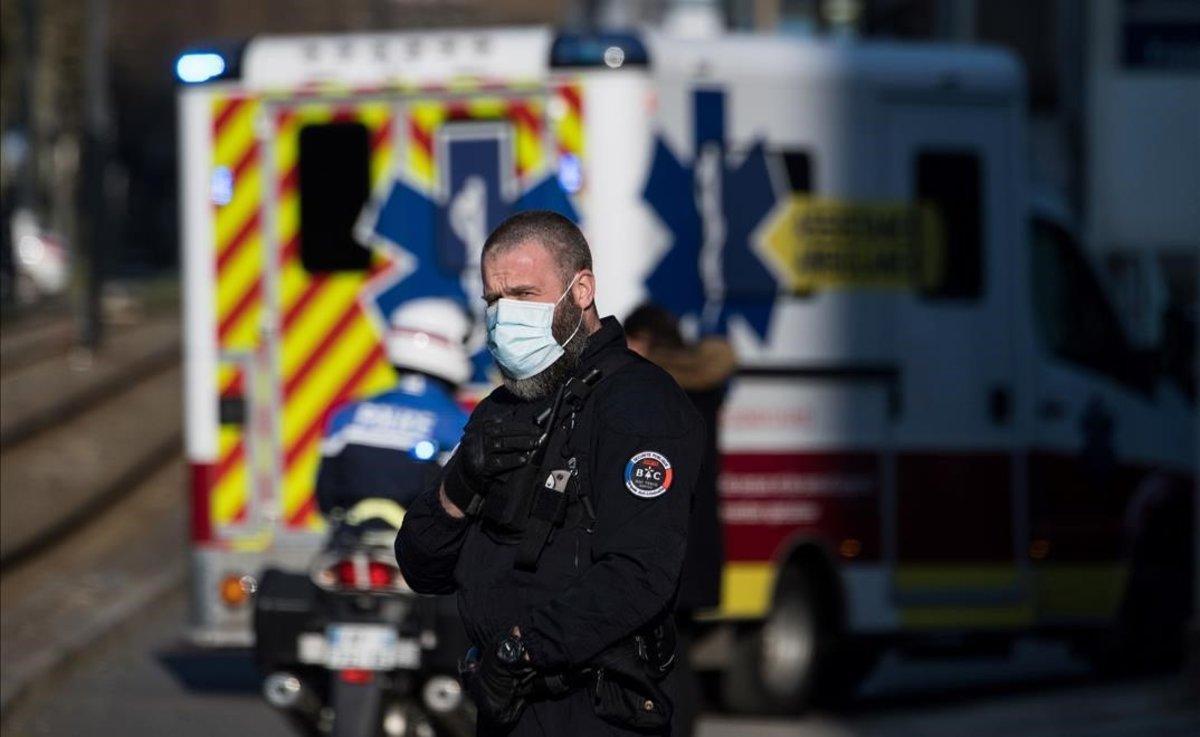 Un policía escolta a una ambulancia, en una localidad francesa.
