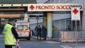 Una ambulancia llega al Hospital Policlínico Tor Vergata de Roma, este martes.