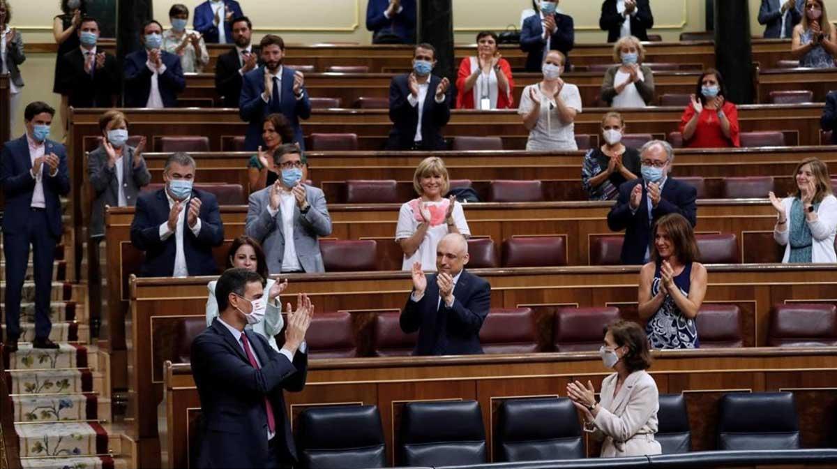Sánchez, recibido con aplausos por los diputados del PSOE y Unidas Podemos.