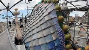 El coronamiento de la Casa Batlló con la pasarela junto al lomo del dragón.