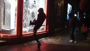 Destrozos en el escaparate de la tienda Diesel en Paseo de Gracia