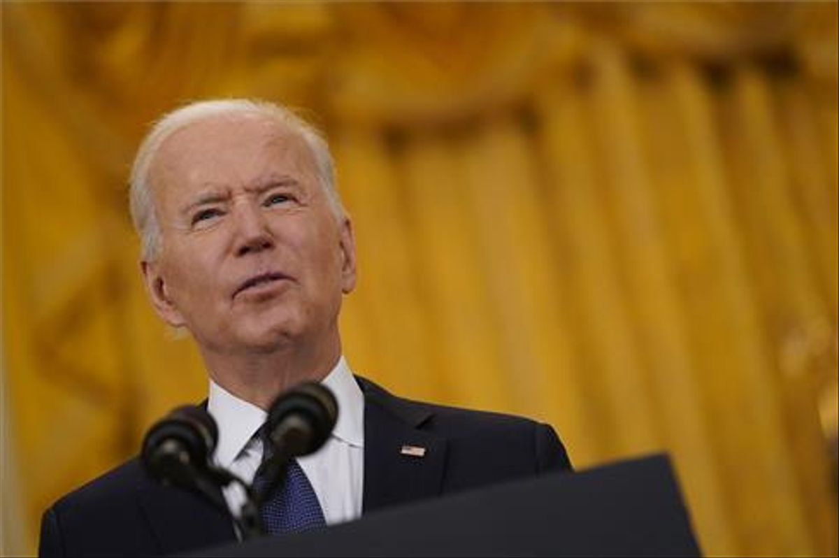 Joe Biden, pronuncia un discurso sobre la economía de Estados Unidos mientras la vicepresidenta Kamala Harris permanece en la Sala Este de la Casa Blanca.