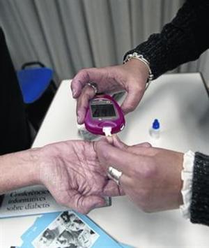 Unpaciente se somete a la medición de los valores de glucosa para saber si precisa inyectarse insulina o no.