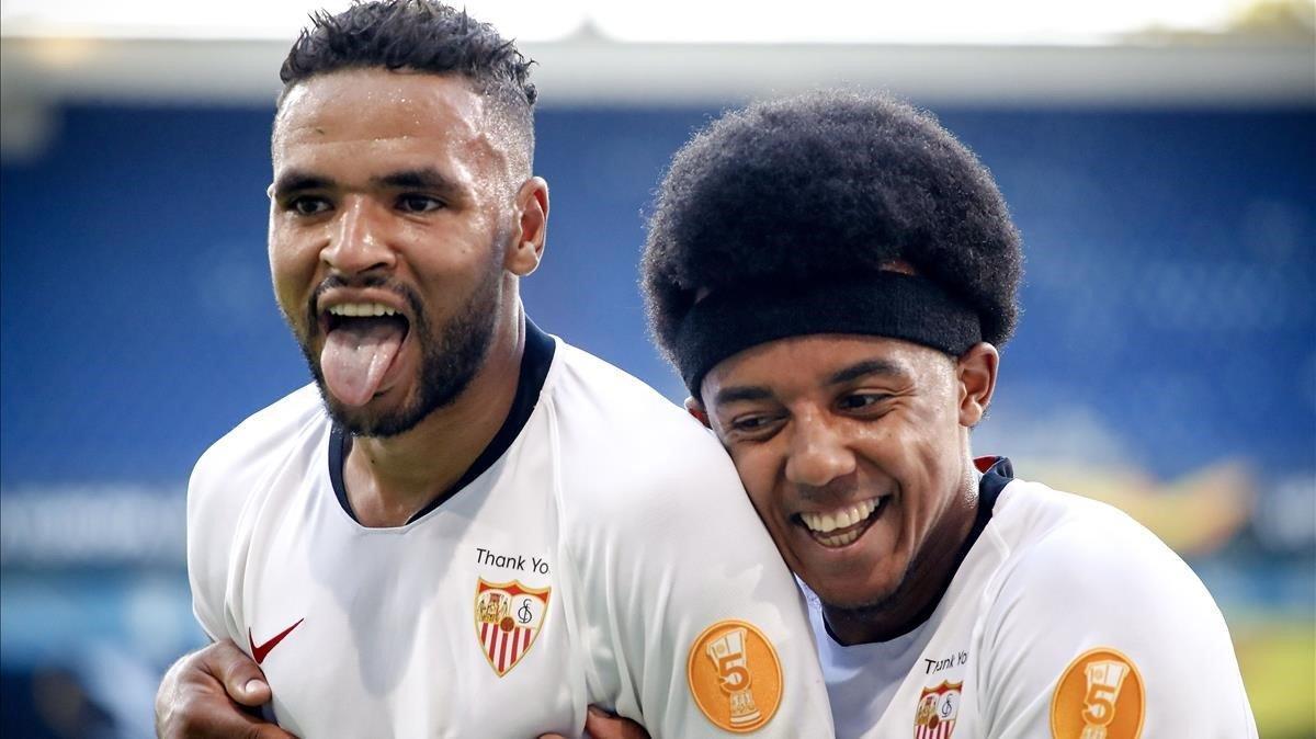 En Nesyri celebra su gol ala Roma felicitado por Koundé, que no estará ante el Granada por covid.