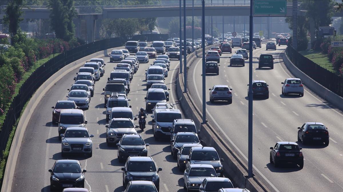 La Ronda de Dalt, repleta de coches, en una imagen de archivo.