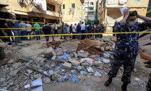 Dispositivo de seguridad en el lugar de la explosión de un tanque de combustible, este sábado,en Beirut.