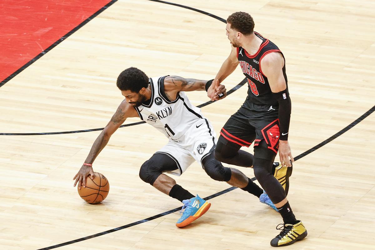 Irving intenta controlar el balón ante Lavine en un partido de la pasada temporada