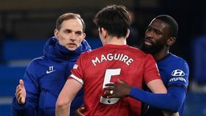Tuchel y Rudiger (Chelsea) saludan a Maguire (United) tras empatar en Stamford Bridge.