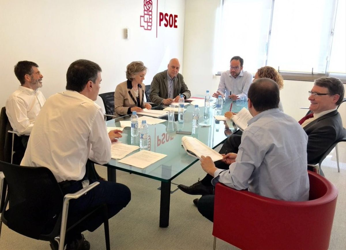 Pedro Sánchez y el equipo negociador del PSOE, reunidos para estudiar la propuesta de Compromís.