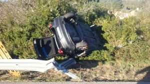 Un muerto en un accidente en la AP-7, en El Vendrell. En la foto, el coche volcado tras el accidente. En el vídeo, el lugar de los hechos.