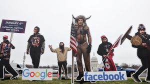 Los responsables de Google, Facebook y Twitter disfrazados como asaltantes al Capitolio en una protesta en Washington