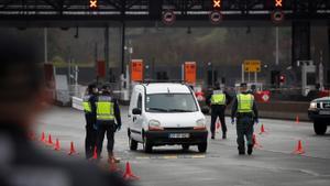 Agentes de la Guardia Civil y Policía Nacional vigilan la frontera de Biriatou entre España y Francia, en marzo del año pasado.