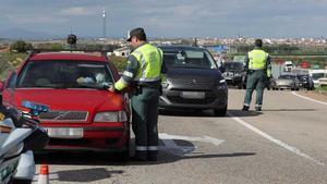 Seis puntos por conducir con el móvil y 30 km/h en las calles de ciudades. En la foto, control de la Guardia Civil en la A-5 a la salida de Madrid.