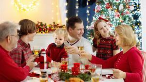 Una familia cena en Navidad.