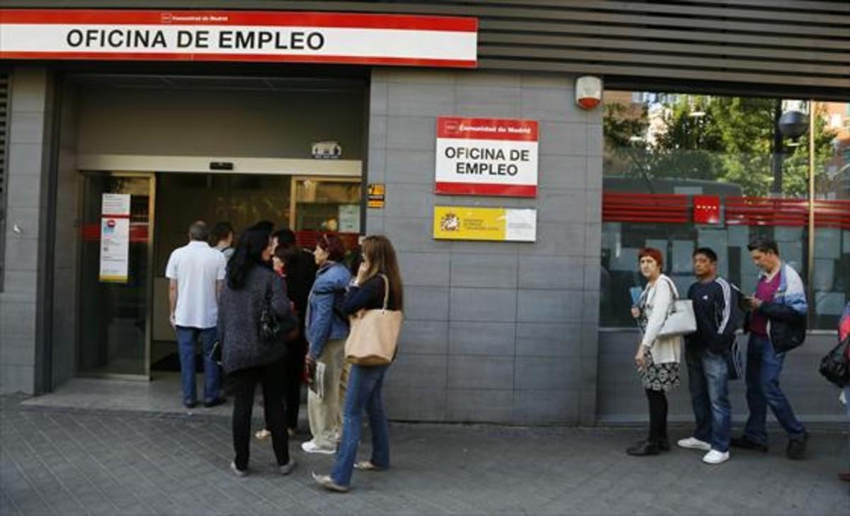 Colas en la oficina del SEPE (INEM) del barrio madrileño de Arganzuela, en el 2014.