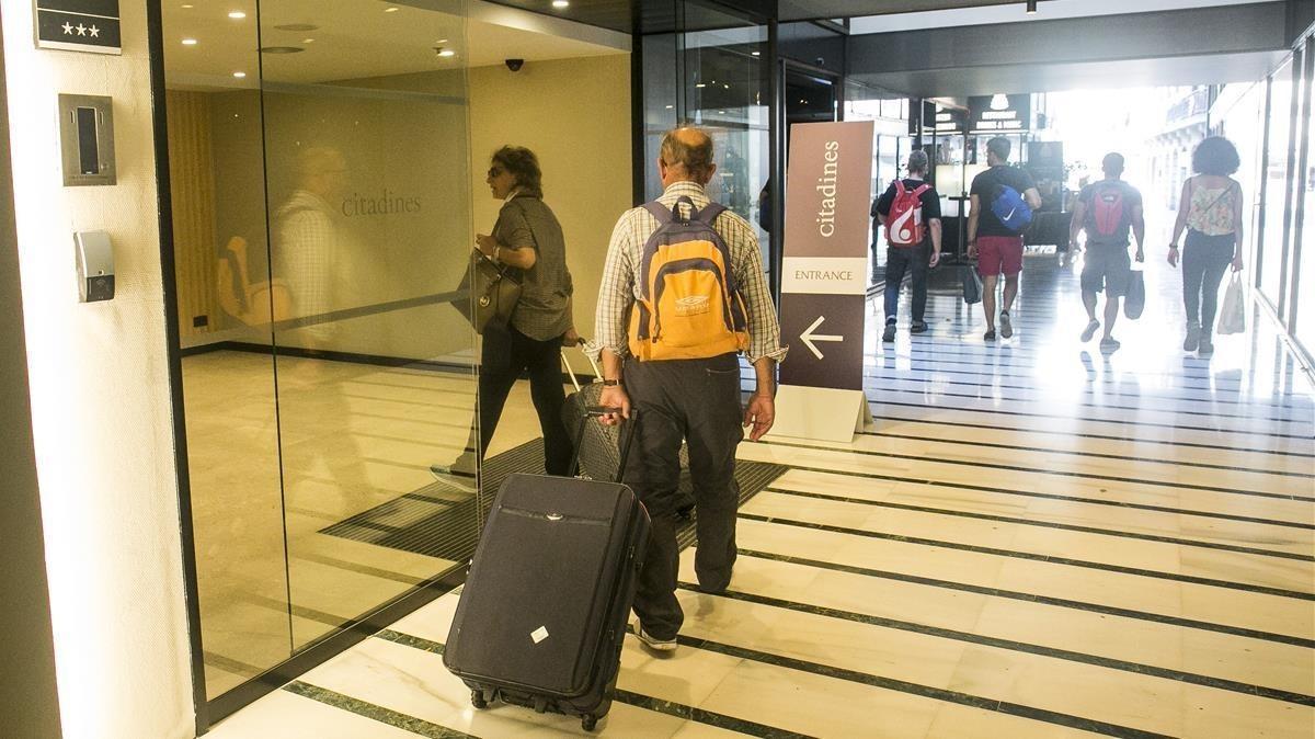 Turistas llegando y saliendo de un hotel de la Rambla, días después del atentado.