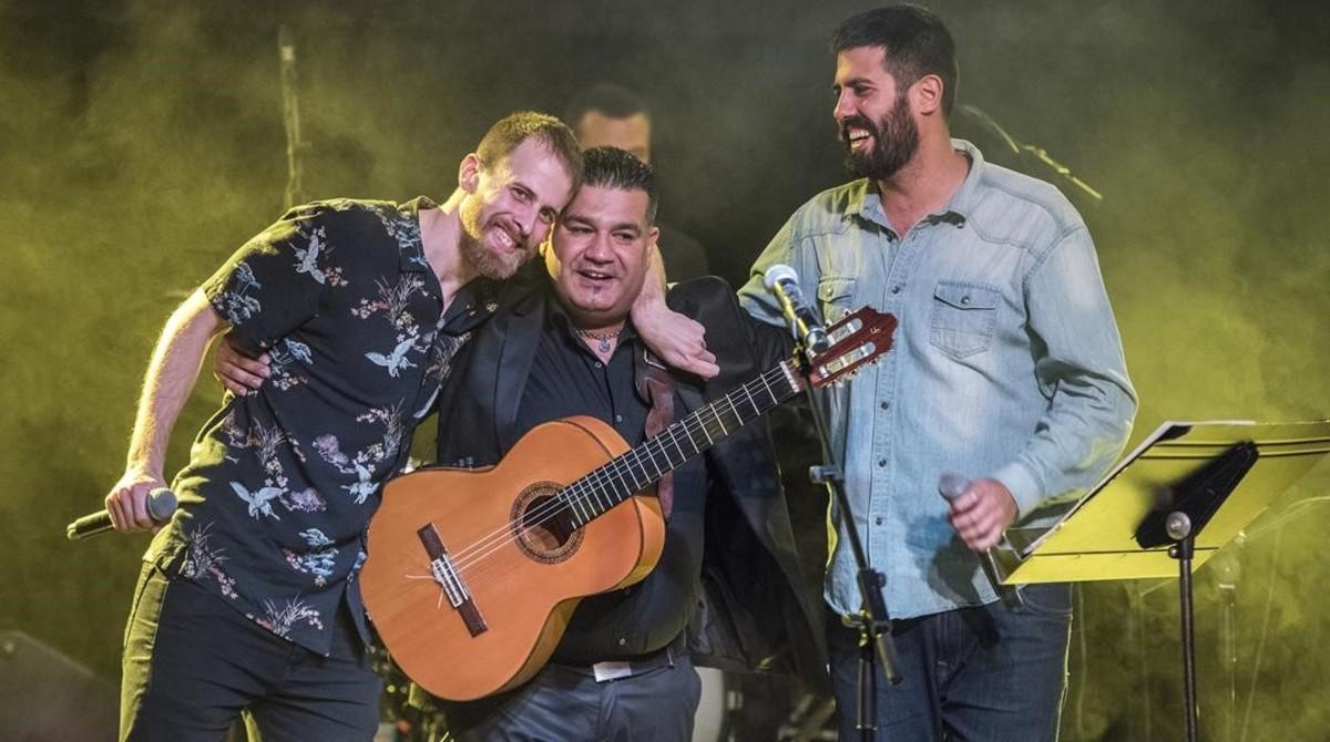 Sicus Carbonell, junto a los miembros de La Pegatina.