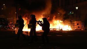 Agentes de los Mossos intentando disolver una manifestación en Barcelona en apoyo de Pablo Hasél.