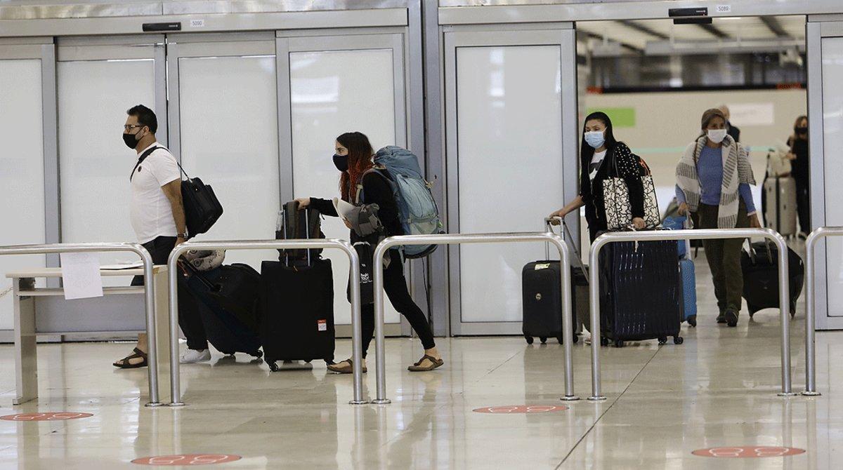 Varios pasajeros llegan al Aeropuerto Adolfo Suárez-Madrid Barajas, el 23 de mayo.
