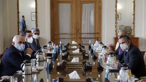 Los negociadores de ambas partes, durante una reunión en Teherán este sábado.
