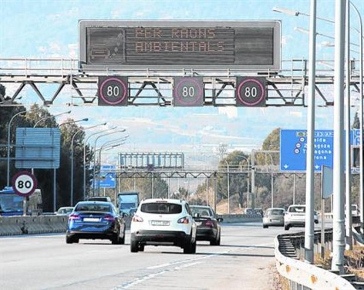 Restricción de velocidad por causas mediambientales, este viernes, en la B-23, a la altura de Sant Joan Despí.