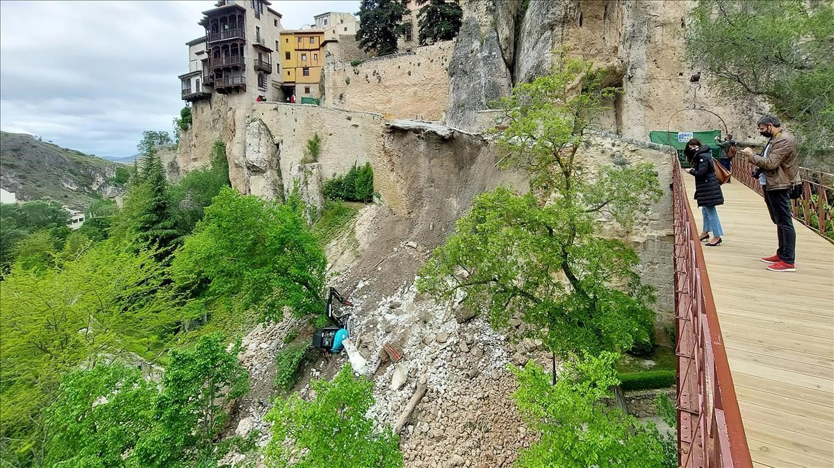 Estado en el que ha quedado la calle Canónigos tras la caída de parte de un muro perteneciente a esta calle de Cuenca.