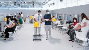 Enfermeros y pacientes vacunándose en las instalaciones del Hospital público de emergencias Enfermera Isabel Zendal de Madrid, el pasado 28 de junio.