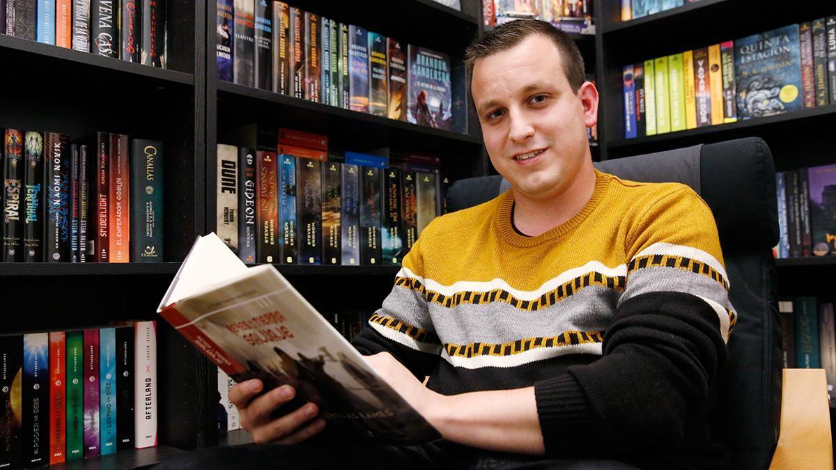 Cristian López nos enseña su biblioteca.