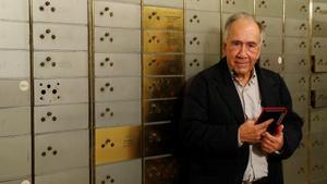 El poeta catalán Joan Margarit, en la sede del Instituto Cervantes donde depositó un legado en la Caja de las Letras dentro de homenaje que le tributó esta institución en el 2019.
