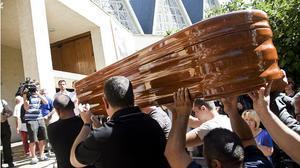 El féretro con los restos mortales de Marina Okarynska, a su llegada al funeral celebrado en la iglesia de San Esteban de Cuenca
