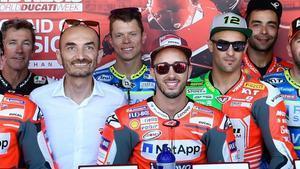 Claudio Domenicali, junto a Andrea Dovizioso, Tito Rabat, Danilo Petrucci y otros 'ducatistas'.