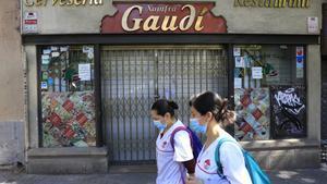 Un bar cerrado en los alrededores de la Sagrada Família, en Barcelona.