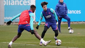Álex Collado, en el entrenamiento del Barça, ante la mirada de Koeman
