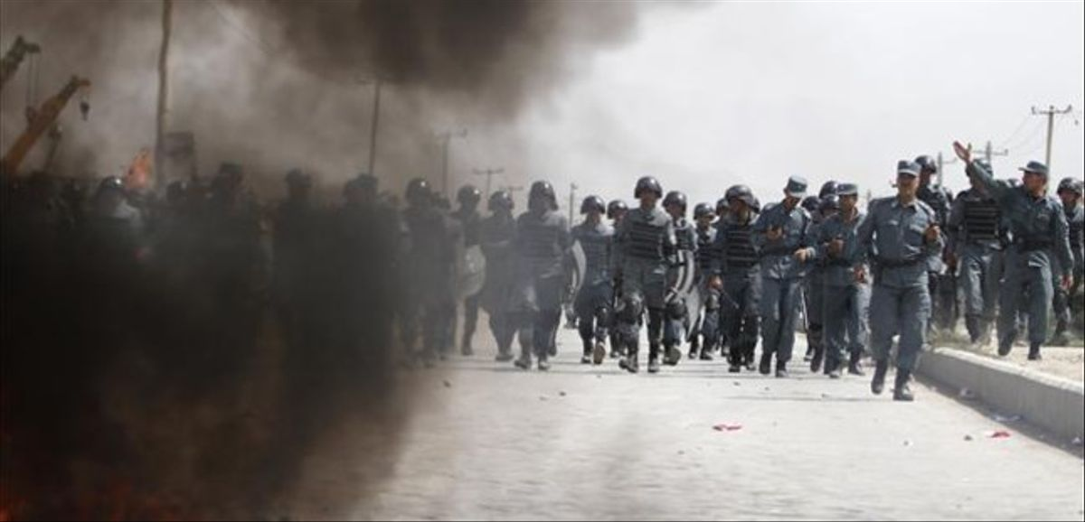 Policías afganos, durante las protestas que se han producido este lunes en Kabul en contra del vídeo de Mahoma.