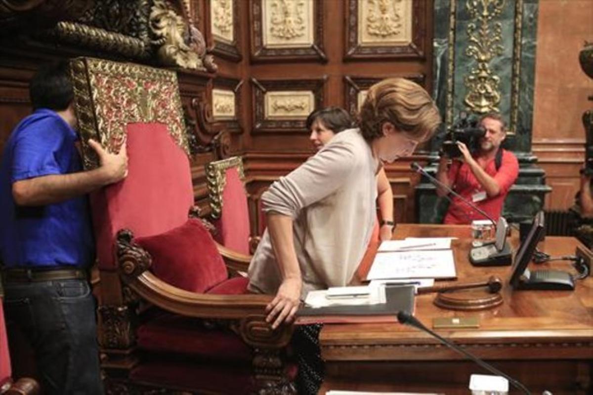 La alcaldesa de Barcelona, Ada Colau, preside el primer pleno, flanqueada por Pisarello (de azul) y Ortiz, el martes.