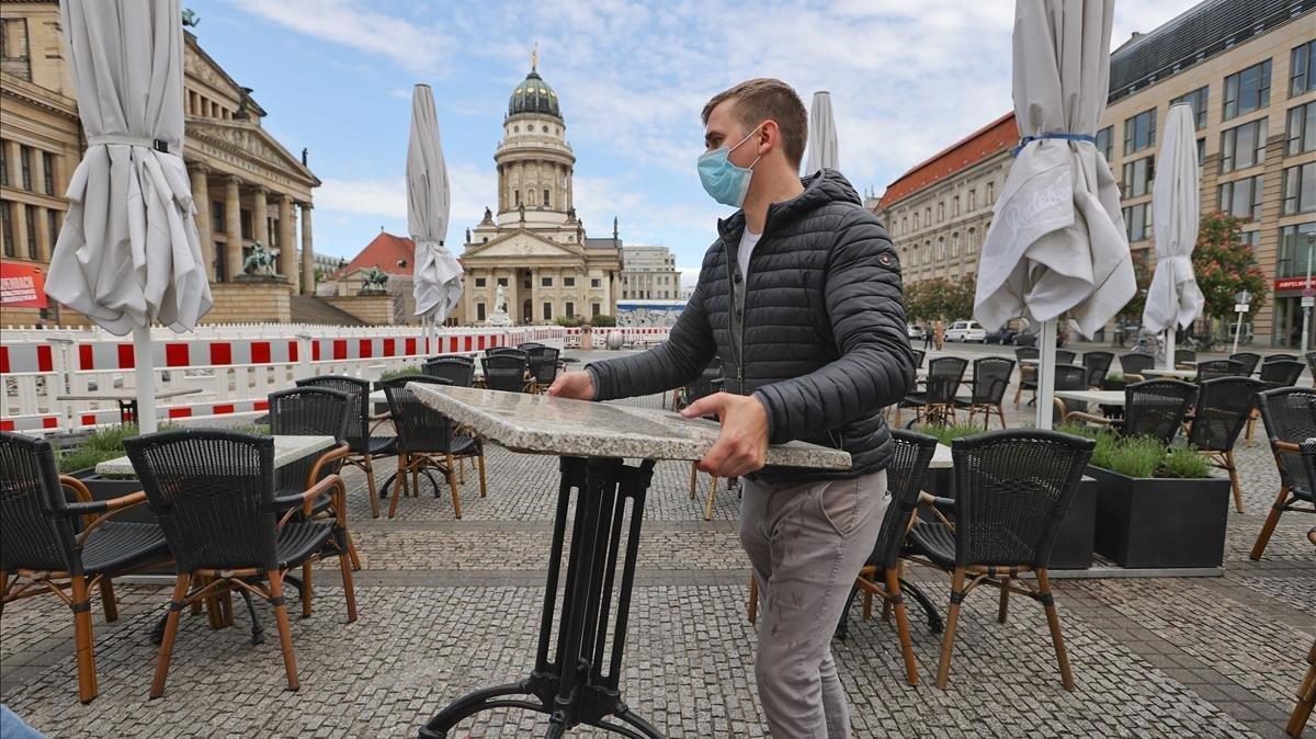 Personal de un restaurante de Berlín preparándose para reabrir