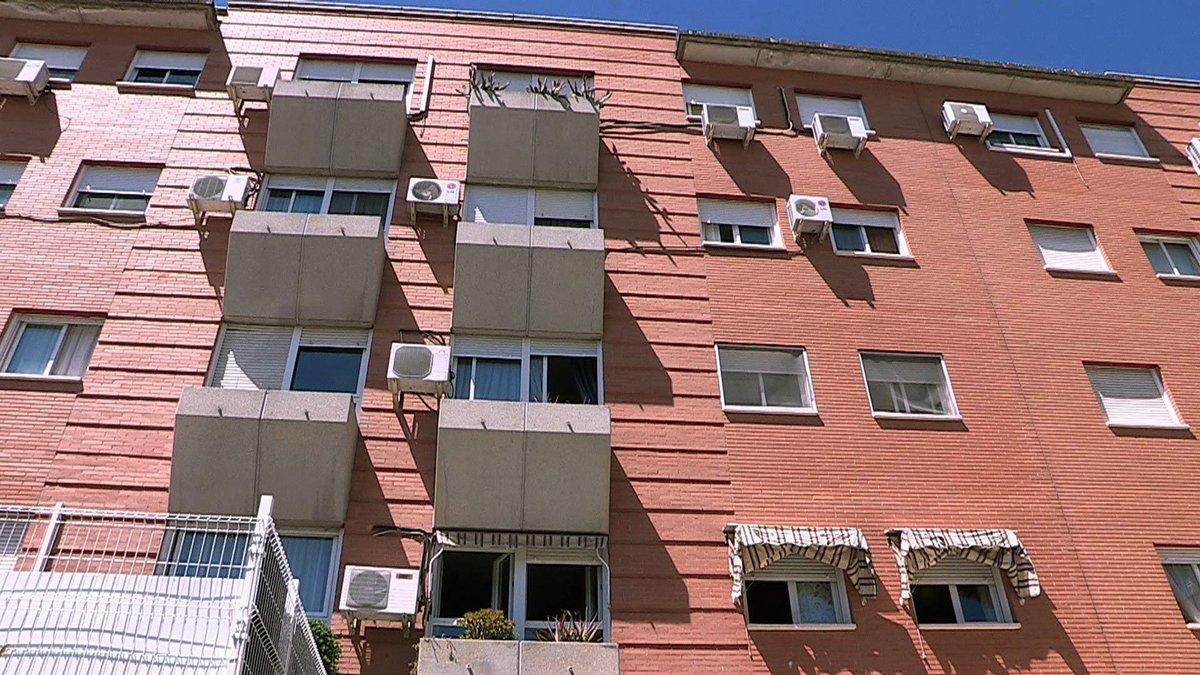 Vista del edificio donde se ubica la vivienda en la calle Reyes Católicos de la localidad madrileña de Parla donde la Policía halló el cadáver de la mujer.