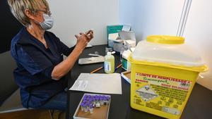 Una enfermera prepara una dosis de la vacuna de Pfizer en Montpellier, este jueves.