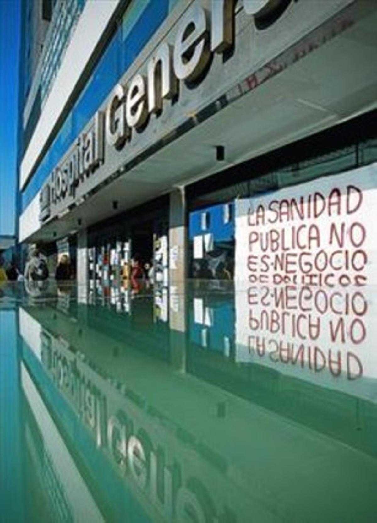 Pancarta a favor de la sanidad pública, en el Hospital General de Madrid.