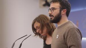 Los diputados de la CUP en el Congreso Mireia Vehí y Albert Botran ofrecen una rueda de prensa en Madrid, antes de la investidura de Pedro Sánchez, el pasado 17 de diciembre.