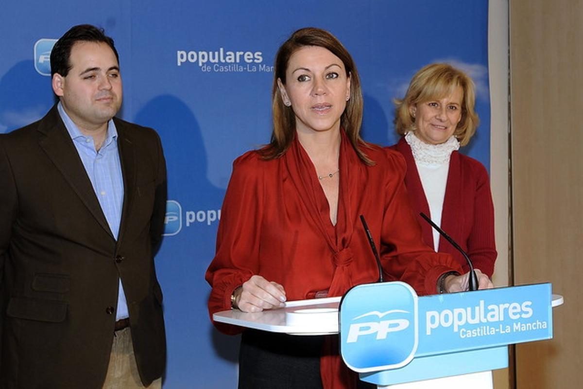 La presidenta del PP de Castilla-La Mancha, María Dolores de Cospedal (c), junto al alcalde de Almansa, Francisco Núñez, y la alcaldesa de Albacete, Carmen Bayod, durante un encuentro de alcaldes del PP de Albacete.