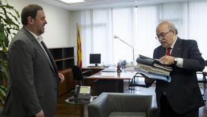 Andreu Mas-Colell (derecha) entrega documentacióna susucesor al frente de la Conselleria d'Economia, Oriol Junqueras, el 14 de enero del 2016, día del traspaso de carteras.