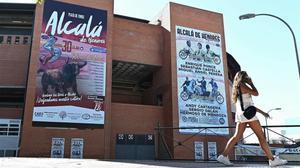 Carteles anunciando la corrida de toros de Alcalá de Henares.