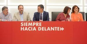 El presidente del Gobierno y secretario general del PSOE, Pedro Sánchez, flanqueado por Santos Cerdán (i), José Luis Ábalos, Adriana Lastra y Carmen Calvo, en la reunión de la ejecutiva federal del partido del 17 de mayo de 2019, en Ferraz.