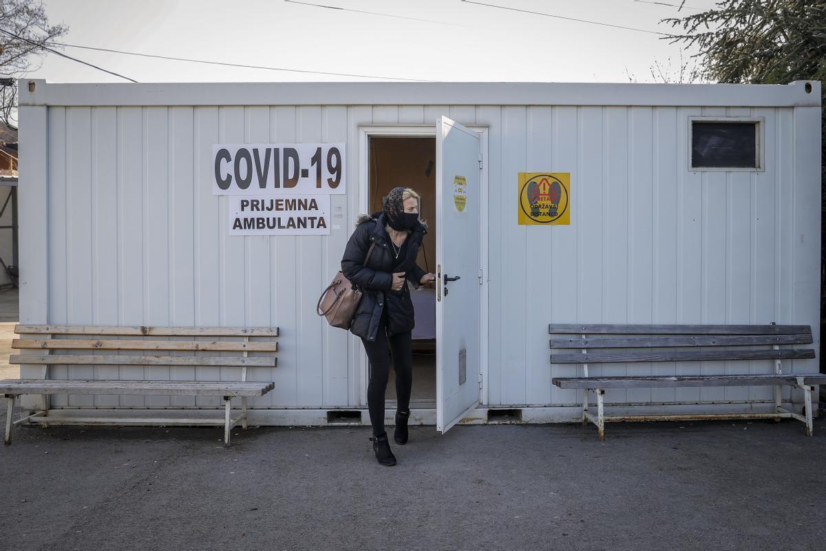 Instalación provisional para realizar test de covid-19 en la población kosovar de Laplje Selo.