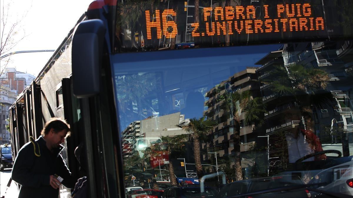 TMB identifica un conductor de bus que utilitzava el mòbil i menjava pipes conduint