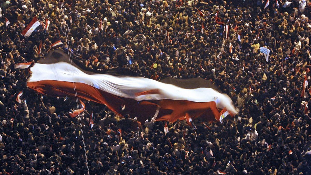 DEM022 EL CAIRO (EGIPTO) 11 2 2011 - Miles de personas celebran tras conocer que el presidente egipcio  Hosni Mubarak  ha decidido renunciar a su puesto y entregar el poder a las Fuerzas Armadas  en la cariota plaza Tahrir (Liberacion en arabe)  hoy  viernes  11 de febrero de 2011  EFE Khaled El Fiqi
