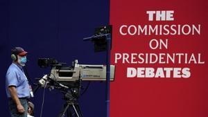 Un operador de cámara de televisión hace tomas de pruebas cara al primer debate cara a cara entre Trump y Biden.